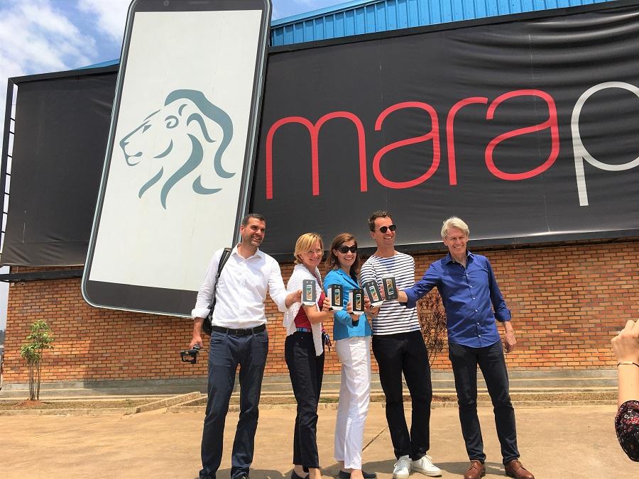 Gruppe vor Maraphone in Ruanda